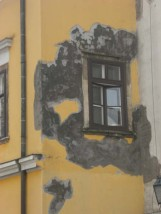 Damaged painted house Budapest | Bean Abroad Travel Blog